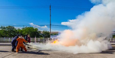 bombero: Lucha contra el fuego bombero durante el entrenamiento