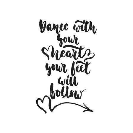 Tanzen Sie mit Ihrem Herzen Ihre Füße folgen - Hand gezeichnetes tanzendes Beschriftungszitat lokalisiert auf dem weißen Hintergrund. Spaßbürstentintenaufschrift für Fotoüberlagerungen, Grußkarte oder Druck, Plakatdesign.