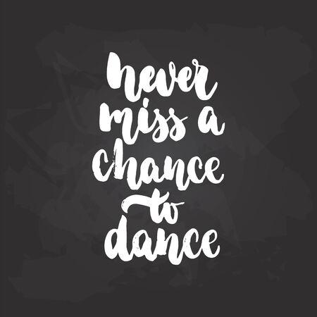 검은 칠판 배경에 흰 색의 잉크로 쓴 서예 춤 글자 춤 기회를 절대 놓치지 마세요. 재미있는 손으로 그린 글자 비문