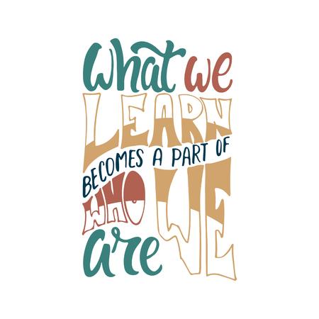 Lo que aprendemos se convierte en parte de quiénes somos: frase de letras positivas de aprendizaje dibujada a mano aislada sobre fondo blanco. Cita de vector de tinta de pincel divertido para pancartas, tarjetas de felicitación, diseño Ilustración de vector