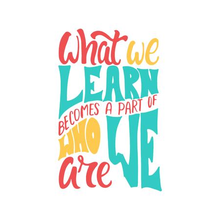 Lo que aprendemos se convierte en parte de quiénes somos: frase de letras positivas de aprendizaje dibujada a mano aislada sobre fondo blanco. Cita divertida del vector de la tinta del cepillo para las banderas, tarjetas de felicitación, diseño.