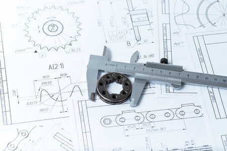 ingeniero: Dibujos de ingeniería, detalle de metal y pinza Foto de archivo