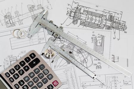 ingeniero: Ingeniería de dibujos y de instrumentos de medición - Vernier pinza, de curso o proyecto de tesis. Ingeniero de proyecto. Foto de archivo