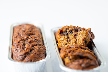 Köstlicher Schokoladenbananenkuchen auf weißem Hintergrund. Selektiver Fokus Standard-Bild
