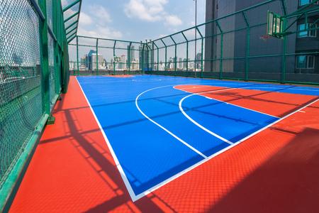 Basketballplatz auf Hochhäusern in der Stadt.
