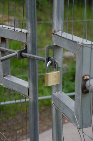 Hanging lock on a gate to a construction site in Stockholm, Sweden. Stockfoto
