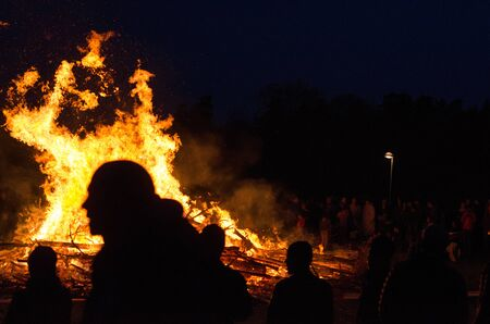 Stockholm, Sweden - April 30 2018. People celebrating walpurgis night, the coming of spring with a bonfire in the northern suburb of Stockholm, Akalla. Imagens - 137195960