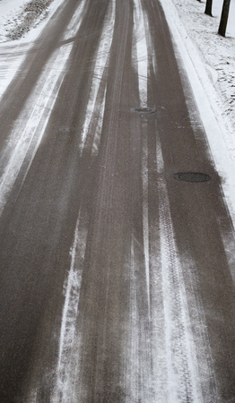 Snowy roads seen from above during day in late wintertime Stockfoto - 122873606