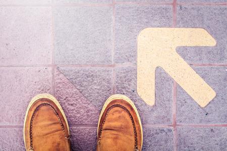 file d attente: Chaussures en cuir sur The Waiting Line Of Sky Train Station