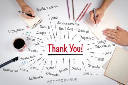 世界のさまざまな言語で、ありがとうございます。ホワイト オフィスのテーブルで会議。