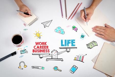 Work Life Balance Konzept. Das Treffen am weißen Bürotisch.