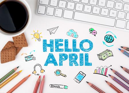 Ciao Aprile, concetto di Business. Tastiera di computer e tazza di caffè su un tavolo bianco.