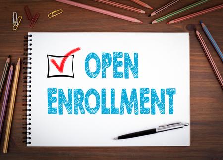 オープン登録。ノートブック、ペン、色鉛筆木製のテーブル。