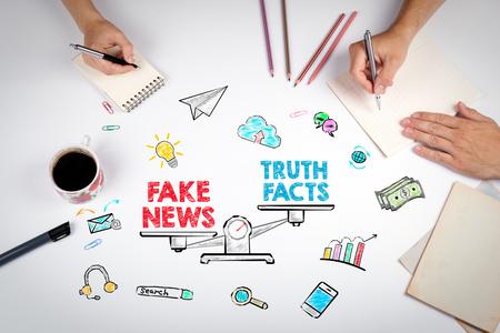 Concept de fausses informations nouvelles. La réunion à la table de bureau blanche. Banque d'images - 77536008