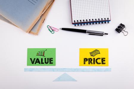 価値と価格のバランスのコンセプトです。白いテーブルで紙のスケール。