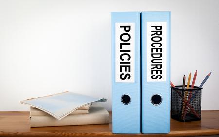 Segregatory zasad i procedur w urzędzie. Papeteria na drewnianej półce. Zdjęcie Seryjne