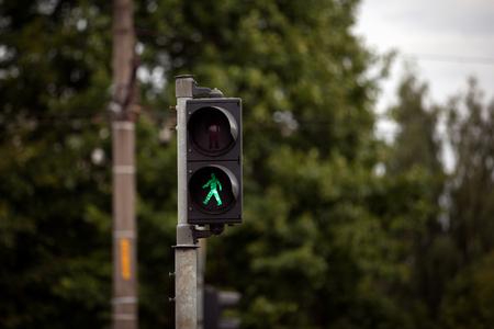 paso de peatones: semáforos peatonales con señal de stop roja. Foto de archivo