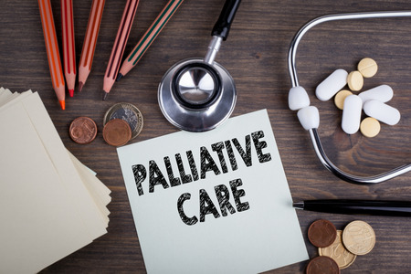 Palliatieve zorg. Bureau met stethascope, achtergrond voor medische zorg.