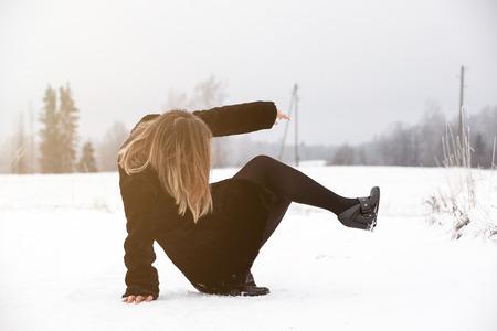 Glijd over het glibberige ijs en de sneeuw op de weg in het land in een ijskoude winterdag.