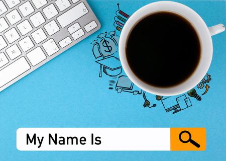 Me llamo. Búsqueda de navegación, concepto de redes de información. Taza de café y teclado de computadora sobre un fondo azul. Foto de archivo