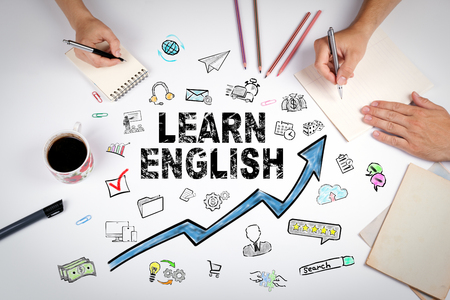 Apprendre le concept anglais. Éducation et opportunités de carrière. La réunion à la table de bureau blanche Banque d'images