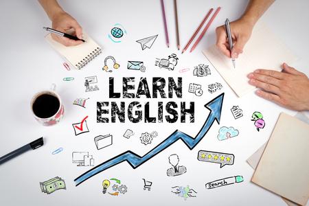 Aprender el concepto de inglés. Oportunidades educativas y profesionales. La reunión en la mesa blanca de la oficina. Foto de archivo