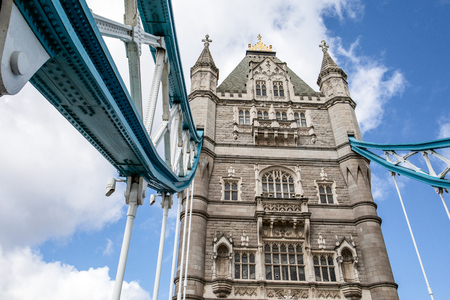 Tower bridge in London, Great Britain. Blue sky and white clouds 免版税图像