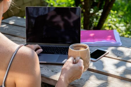 Working with computer outdoors, free working atmosphere, office in the yard 版權商用圖片