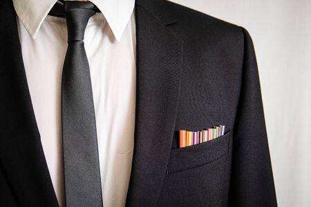 Hombre de traje con lápices en el bolsillo delantero. Negocios, oficina, habilidades, educación y concepto de regreso a la escuela