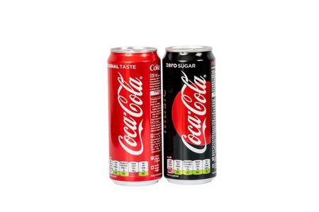 Riga, Letonia - 19 de agosto de 2019: 330 ml de Coca Cola con azúcar y cero azúcar aislado sobre fondo blanco.