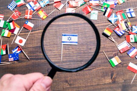 Flaga Izraela na drewnianym tle. Koncepcja polityki, ekonomii, importu i eksportu