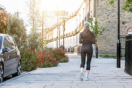 早上在伦敦街头跑步的女人