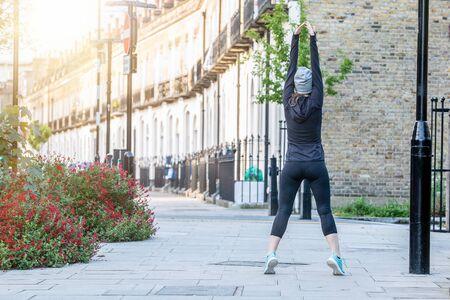 伦敦的妇女早上在街上锻炼