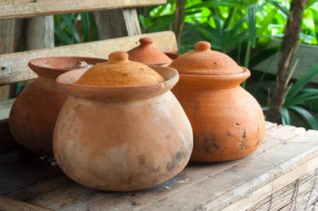 ollas de barro: Las ollas de barro o porttery en una habitación fuera de la cocina estante