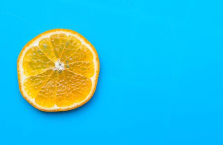 Summer of slice orange fruit on blue background Standard-Bild