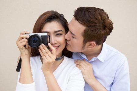 pareja en casa: Feliz pareja asiática joven juntos Foto de archivo