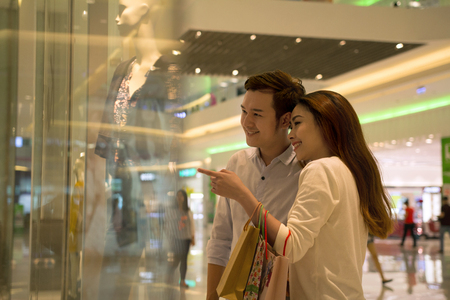 plaza comercial: Compras feliz pareja asiática joven
