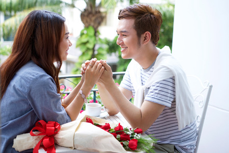 Asian romantic young couple enjoy Valentine with roses flowers Reklamní fotografie