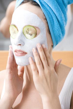 toallas: Mujer aplicar m�scara de belleza, primer plano