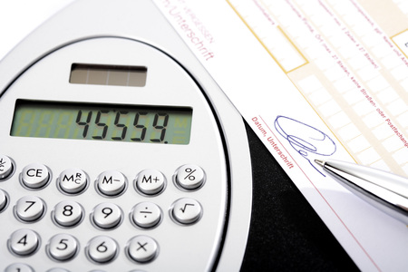 bank overschrijving: Calculator, bank transfer and ball pen