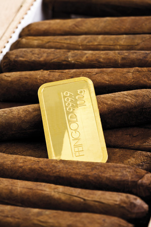 lingote de oro: Barra de oro en la caja de cigarros