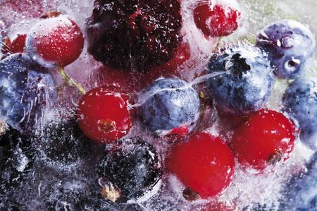 Congelati frutti di bosco in un blocco di ghiaccio