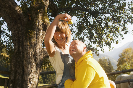 revel: Couple sitting under tree Stock Photo