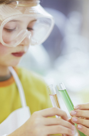 Mädchen im chemischen Labor