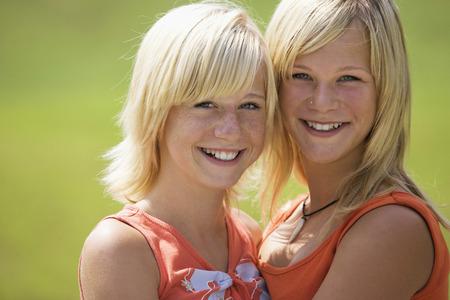 ni�as sonriendo: Dos adolescentes sonrientes