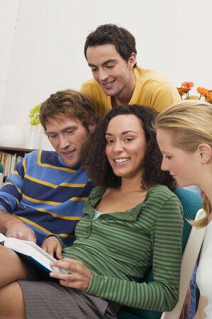 personas leyendo: Grupo de j�venes la lectura de libros
