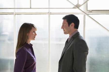 together with long tie: Hombre y mujer de negocios frente a la otra