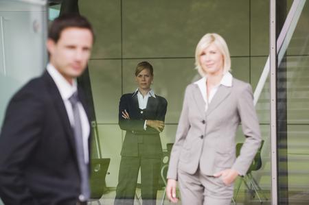 business skeptical: Empresarios esc�pticos de pie en el edificio de oficinas Foto de archivo