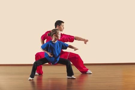 arte marcial: Kung Fu, Changquan, Mabu anzhang, Pu�o Largo Estilo, Kung Fu instructor y ni�a Foto de archivo