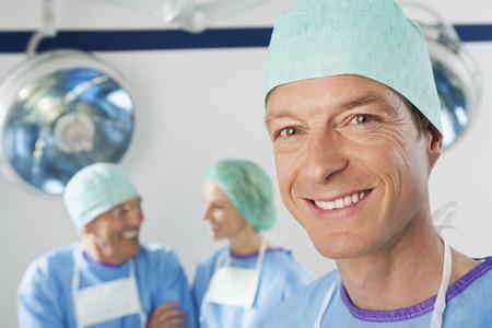 cirujano: Tres cirujanos sonrientes